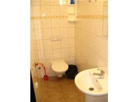 Koupelna s toaletou, umývadlem a zrcadlem