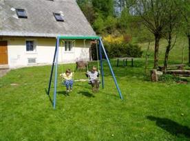 Houpačky pro děti na zahradě