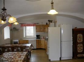 Kuchyně s linkou, sporákem, lednicí, myčkou, mikrovlnou troubou a jídelním koutem