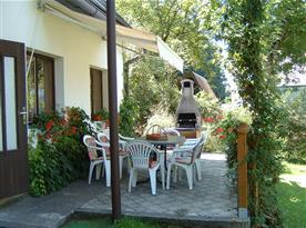Terasa s posezením a zahradním grilem