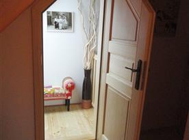 Dřevěné patro, k relaxaci, větrání a prosvětlení schodiště