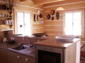 Kuchyně s linkou, lednicí, varnou deskou, mikrovlnou troubou a rychlovarnou konvicí