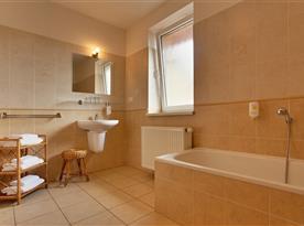 Apartmán Superior - koupelna s vanou a sprchovým koutem