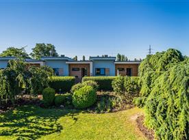 Pohled na zahradní bungalovy