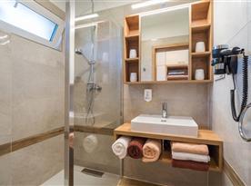 Zahradní bungalov-koupelna se sprchou a umyvadlem