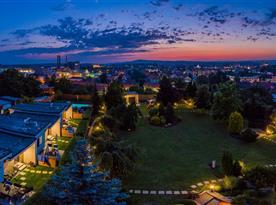 Pohled na bungalovy a město