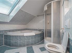 Koupelna s vanou, sprchou a toaletou pro podkrovní pokoj