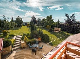 Pohled z balkonu podkrovního pokoje do zahrady
