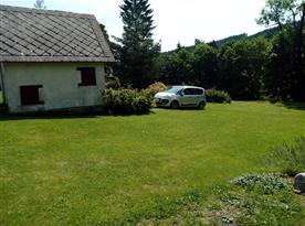 Parkování na zahradě pod kolárnou
