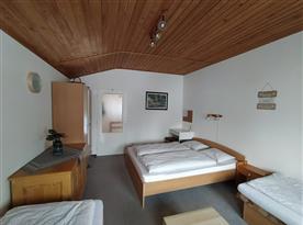 Spodní ložnice s manželskou postelí