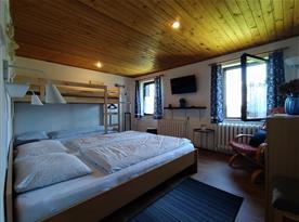 Horní ložnice se 4 lůžky a TV