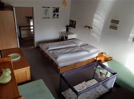 Spodní ložnice s dětskou cestovní postýlkou