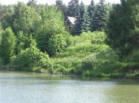 Pohled na chatu přes rybník
