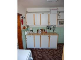 Kuchyně s linkou, sporákem, troubou a rychlovarnou konvicí