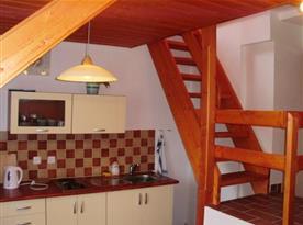 Mezonetový apartmán - Kuchyňský kout a schody do ložnice