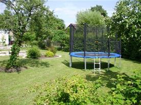 Trampolína na zahradě