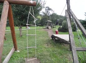 Venkovní dětské hřiště nedaleko objektu