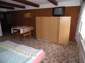Pokoj s televizí, lůžky, posezením