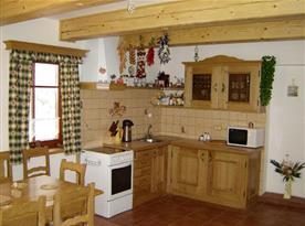 Kuchyňský kout v přízemí s jídelním stolem