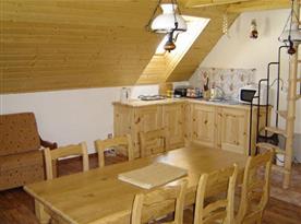 Kuchyňský kout v podkroví s jídelním stolem