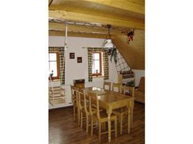 Obývací pokoj v podkroví s jídelním koutem