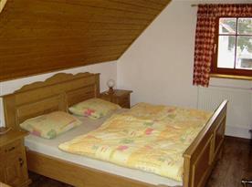Ložnice v podkroví s manželskou postelí