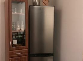 Lednice s mrazákem.