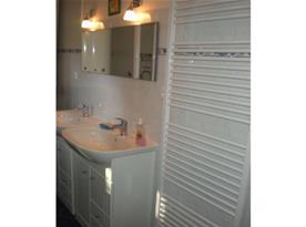 Umývadla se zrcadlem v koupelně