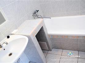 Koupelna s vanou - pokoj holubí šeď