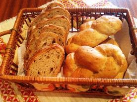 Pečivo ke snídani: chleba a housky - vše domácí