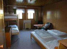 Pokoj s lůžky a posezením
