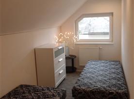 Ložnice přístupná z obývacího pokoje