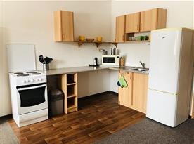 Vybavená kuchyňka v apartmánu