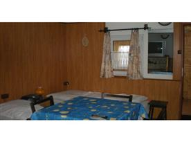 Hlavní místnost s posezením a lůžky