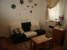 Sedačka v obývacím pokoji s konferenčním stolem