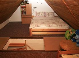 Polovina ložnice s dvojpostelí