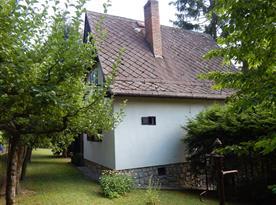 Pohled na chatu ze zadní části zahrady