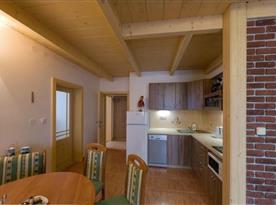 Kuchyně s jídelnou v apartmánu v patře