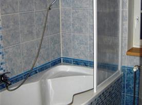 Koupelna s vanou pro pokoje v podkroví