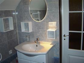 Společná koupelna pro pokoje v podkroví