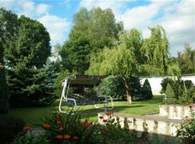 Pohled na zahradu s houpací lavicí