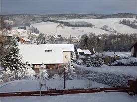 Zimní pohled na objekt a nejbližší okolí