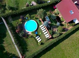 Pohled na objekt a pozemek z dronu