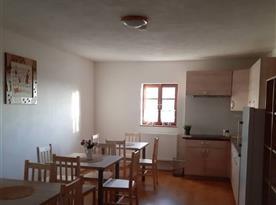 Společná kuchyně s jídelními stoly pro všechny pokoje