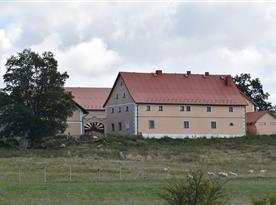 Pohled na budovy statku
