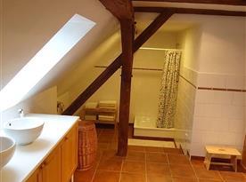 Pohled na sociální zařízení se sprchovým koutem v patře