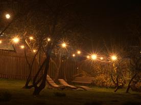 Zahrada v noci - venkovní osvětlení