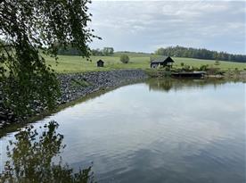 Pohled na chatu od rybníku