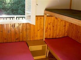 Pohled na pokoj s palandou a samostatným lůžkem