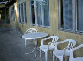 Pohled na terasu s plastovým nábytkem